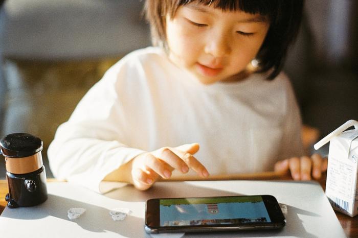 Niña china jugando a un videojuego
