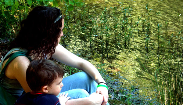 Madre e hijo disfrutando de la naturaleza