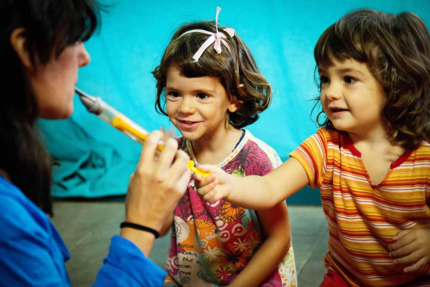 Tocando la flauta en una escuela libre