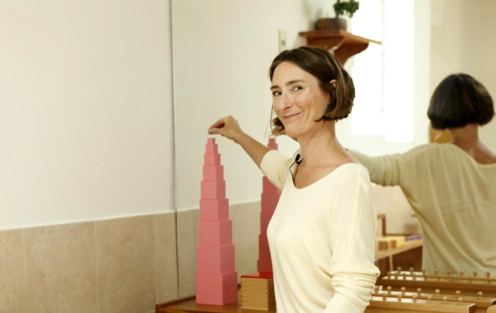 Céline Hameury junto a una torre rosa