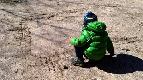 Niño pintando en la arena